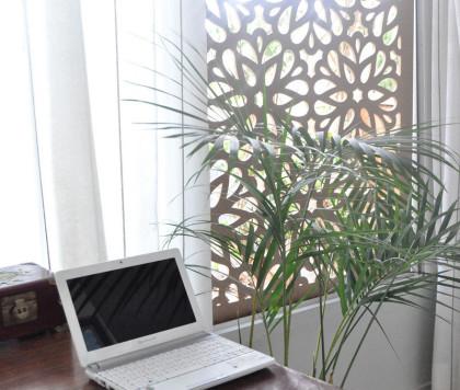 separadores de ambientes fabricados con paneles de celosias en la decoración en ventanas de salón.