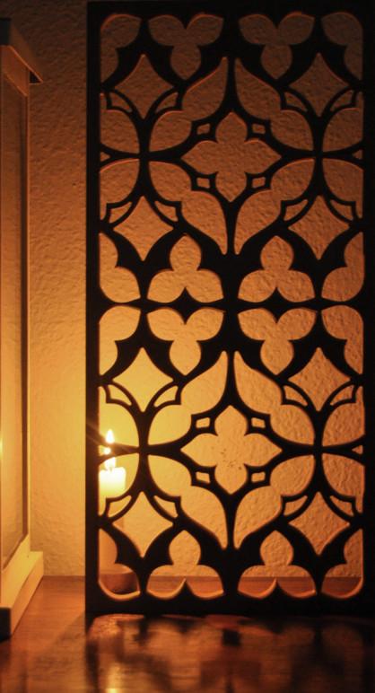 celosia fabricada en madera para la decoración en salón de serie de televisión, el acabado de los paneles de celosias está pintado envejecido
