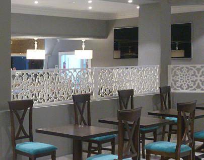 separacion de ambientes en salon de un restaurante, fabricados con paneles de celosias