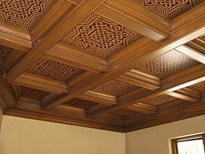 Techo artesonado de piezas talladas de madera