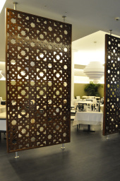 separadores de ambientes en restaurante con celosias