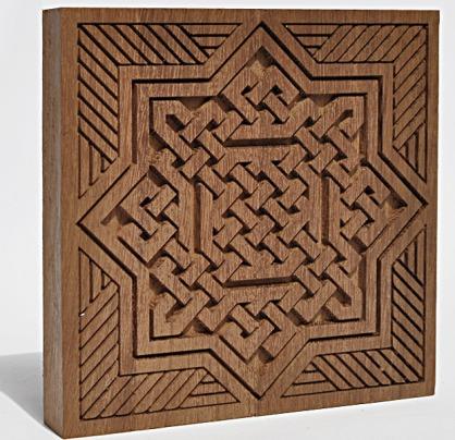 Talla decorativa arabesca en madera