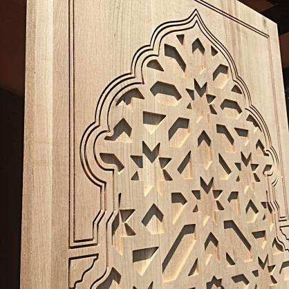 Celosia en arco con forma tallada en madera de roble
