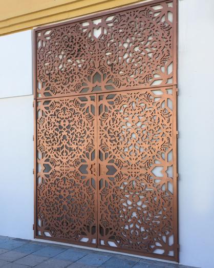 Puertas con paneles de celosias metalicas de aluminio