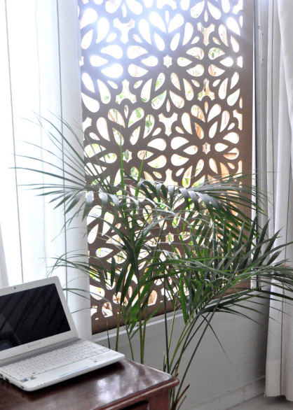 ventanas decoradas con paneles de celosias