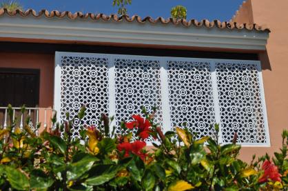 ventanas con paneles de celosia fabricadas en pvc